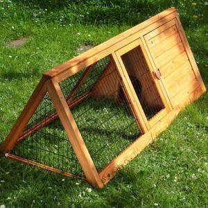 Poussins en s curit dans cet enclos pour le bien tre de n - Maison pour les poules ...